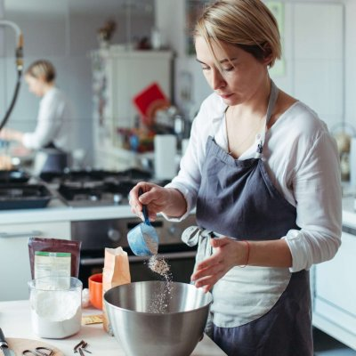 a-woman-pastry-chef-or-baker-preparing-a-cake-86HZWZM (1)